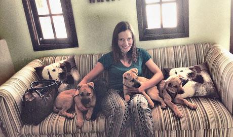 A fotógrafa Claudia D. Lang esperando para castrar os filhotes em jejum na clinica veterinária.