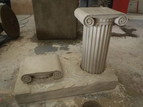Carra teatral, columna, capiteles, piedra ficticia
