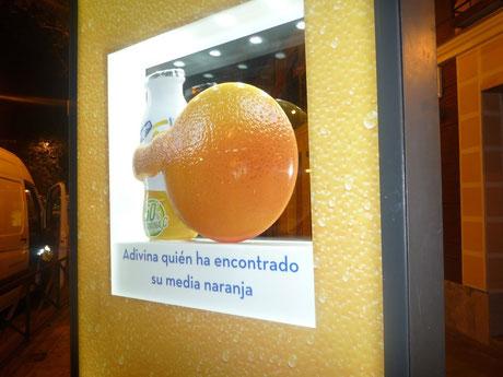 Relieve de Naranja , publicidad en un tötem