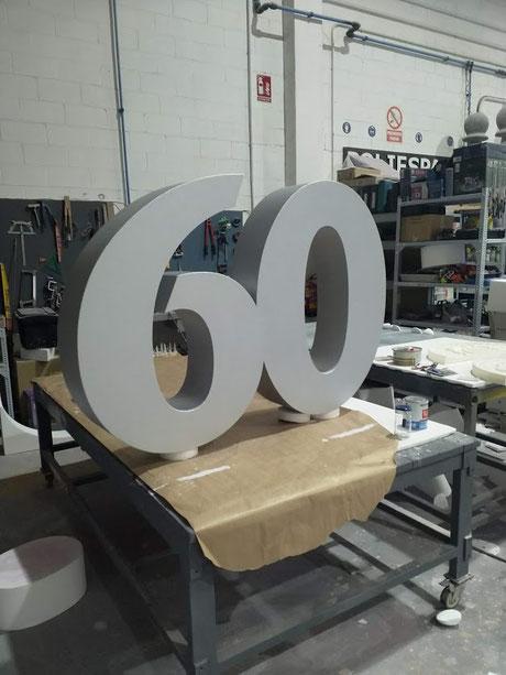 Número 60 pintado en gris plata