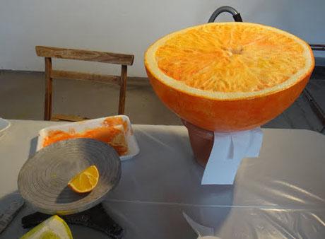 ficiticio de Naranja gigante para decoración de un escaparate(a la izquierda tamaño natural, real)