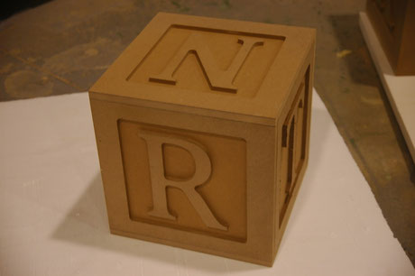 Cubos de letras en relieve, decoración de escaparates