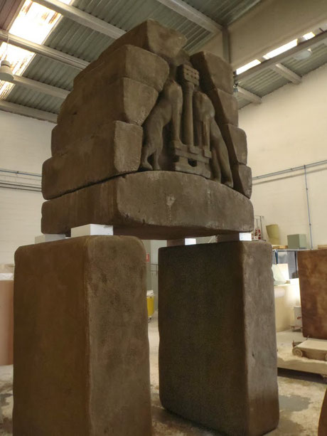 Pórtico - roca tallada ficticio, escenografía de teatro