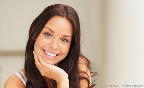 Attraktiv mit weißen Zähnen