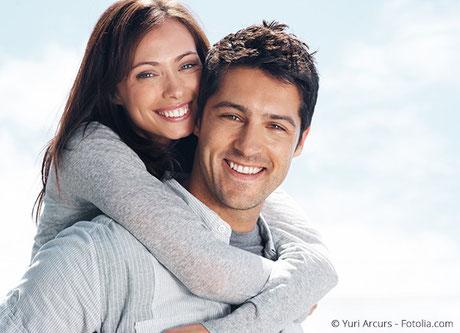 Zahnkronen sind äußerlich nicht von natürlichen Zähnen zu unterscheiden.