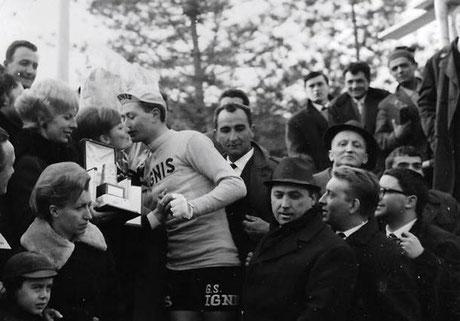 Vigna riceve dalla moglie del Sindaco Giuliano il trofeo Bastione d'oro.