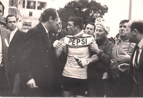 Foto courtesy: Archivio TLS, a sx foto non rara bensì unica dell'arrivo vittorioso di Michele Dancelli, nella foto sopra subito dopo il traguardo viene attorniato dai tifosi.