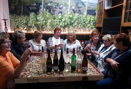 Weinproben nach der Rotweinwanderwegwanderung im Ahrweindepot am Ahrweiler Marktplatz.