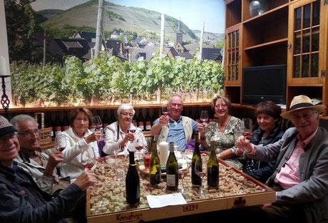 Abendliche Weinproben im Ahrweindepot nach einer Wanderung über den Rotweinwanderweg an der Ahr.
