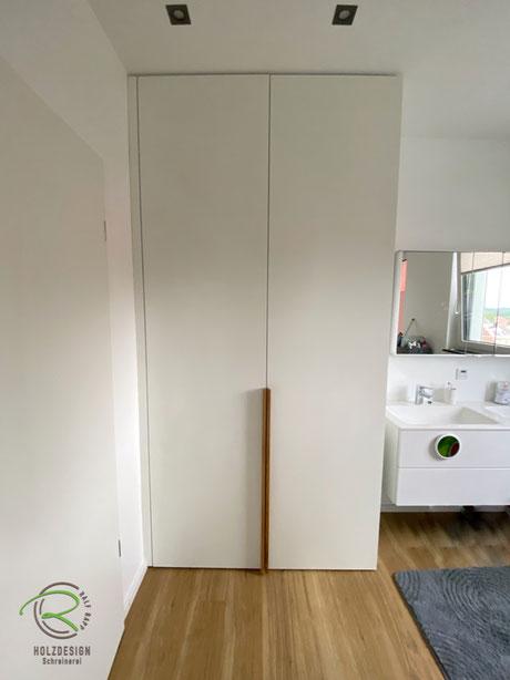 Waschmaschinen-Hochschrank in weiß mit Eichengriffleiste, Waschmaschinen-Einbauschrank in weiß mit Eichen-Griffleiste, weißer Schrank nach Maß für Waschturm, Schrank für Waschmaschine u. Trockner, raumhoher Waschmaschinen-Einbauschrank im Badezimmer,