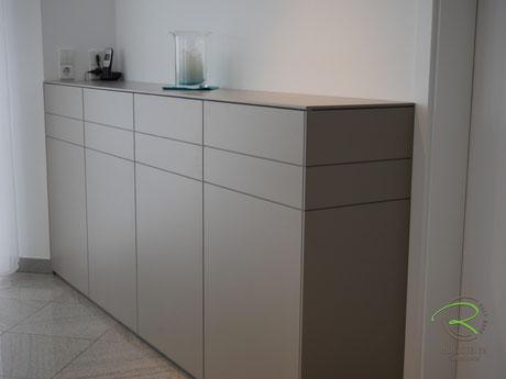 Modernes Sideboard nach Maß non Schreinerei Holzdesign Ralf Rapp, modernes Esszimmer Highboard matt lackiert mit Nussbaum Innenschubladen,Sideboard matt lackicert in NCS-Ton S4005-Y50R, Anrichte mit Drehtüren u. Nussbaumschubladen für Esszimmer,