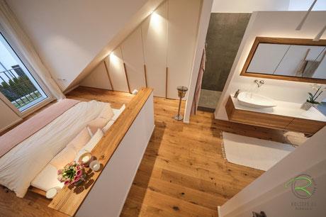 Raumgestaltung mit Dachschrägenschrank, schwebendes Massivholzbett, Waschtischunterschrank & Spiegelschrank von Schreinerei Holzdesign Ralf Rapp in Geisingen