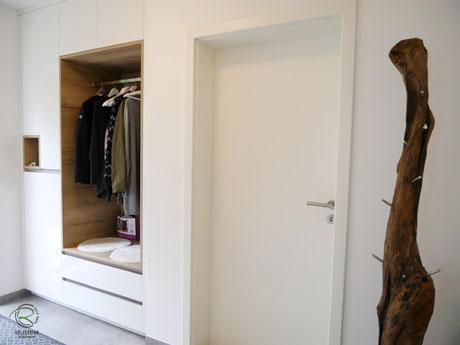 Garderobenschrank in Wandnische flächenbündig eingebaut, Flurmöbel in weiß Hochglanz & offene Eiche-Dekor Garderobennische, Garderobenschrank mit Schlüsselnische in weiß Hochglanz & Holzdekor, Dielenmöbel für Garderobe & Schuhschrank in weiß Hochglanz