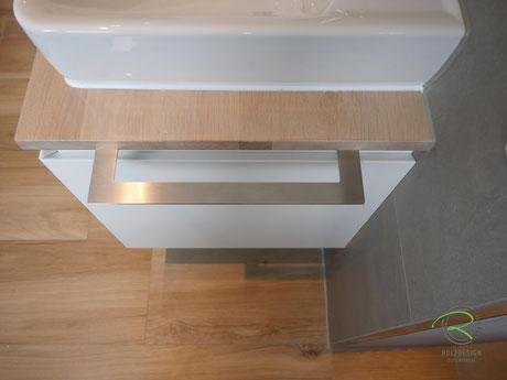 Integrierter Handtuchhalter in Edelstahl, Waschtischplatte Eiche passend zum Fußboden gebeizt,Waschbeckenunterschrank in weiß & gebeizte Waschtischplatte in Eiche, wandhängender Waschtischunterschrank für Aufsatzbecken in weiß lackiert mit Schubladen