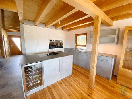 Küche mit integrierter Speisekammer, Schranktür im Hochschrank, Kücheninsel mit Hochschrankzeile u. integrierter Speisekammertür, Küche in Betonoptik, offene Inselküche mit versteckter Speisekammertür, Kochinsel Siemens Muldenlüfter & Getränkekühlschrank