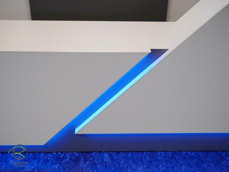 Empfangstheke mit indirekter LED-Beleuchtung, beleuchtete Schattenfuge u. Sockel in Verkaufstheke, weiße Empfangstresen in Geschäftsräume mit indirekter farbiger LED-Beleuchtung