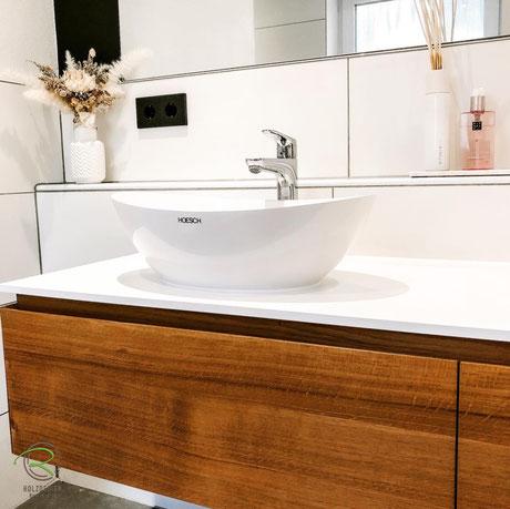 Waschtischplatte in weiß 13 mm Kompaktplatte, massvier Waschtischunterschrank auf Gehrung gerfertigt, Waschbeckenunterschrank in Eiche massiv, Waschbeckenunterschränke Eiche Holz mit weißer Waschtischplatte u. umlaufender Griffleiste in Front