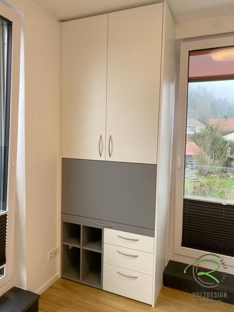 Schreibtischschrank mit ausklappbarer Schreibtischplatte & offenem Regal in grau, daneben 3 Schubladen in weiß mit Kinderzimmerschrank, kleine Kinderzimmer-Einrichtung mit Schreibtischschrank Schreinerei Holzdesign Ralf Rapp Geisingen, Kinderzimmermöbel