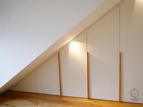 Schräger Kleiderschrank an Dachschräge angepasst mit Eichen-Möbelgriffen, Dachschrägenschrank Schräge links mit weißen Fronten u. Massivholz-Eichengriffleisten, Kleiderschrank unter Dachschräge in weiß, Schrank unter Dachschräge, Drempel-schrank in weiß