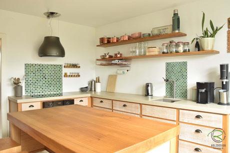 Vintage Küche mit Kücheninsel in Eiche massiv mit gekalkten Eichenfronten, Neolith Keramik Arbeitsplatte, Küchenfronten in Massivholz Eiche mit Griffmuschel