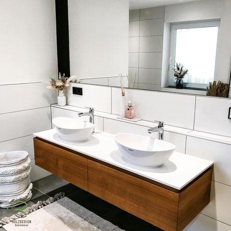 Waschbeckenunterschrank in Eiche massiv, Waschbeckenunterschränke Eiche Holz mit weißer Waschtischplatte u. umlaufender Griffleiste in Front