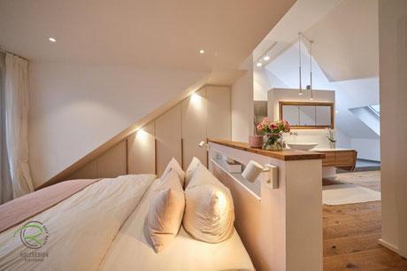 Dachschrägenschrank nach Maß für Schlaf- & Badezimmer, Dachschräge Kleiderschrank in weiß mit Massivholz-Eichengriffleisten, Einbauschrank Dachschräge in weiß, Kleiderschrank in Dachsnisch