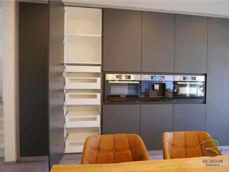 Vorratsschrank Blum Space Tower im schwarzen Küchenhochschrank mit Blum Legrabox weiß Innenschubladen, Stauraumlösung im Hochschrank für Vorratshaltung, Raumhoher Küchenhochschrank in schwarz matt mit Antifingerprint Beschichtung von Schreinerei Rapp