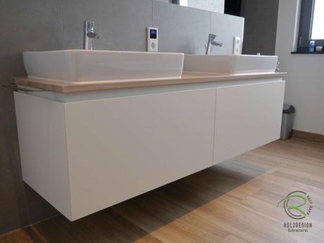 Waschbeckenunterschrank in weiß & gebeizte Waschtischplatte in Eiche, wandhängender Waschtischunterschrank für Aufsatzbecken in weiß lackiert mit Schubladen, griffloser Waschtisch auf Gehrung mit integrierter Griffleiste