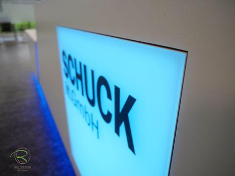 Logogestaltung durch Beleuchtungspaneel, Lightpanel frameless an Empfangstheke in weiß