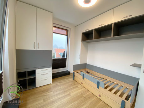 Kleines Kinderzimmer einrichten mit funktionalen Möbeln von Schreinerei Holzdesign Ralf Rapp Geisingen, Schreibtischschrank mit aufklappbarer Schreibtischplatte offenem Regal in grau, Kleiderschrank mit offenem Regal später nutzbar als Sitzbank,