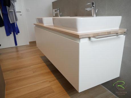 Waschbeckenunterschrank in weiß mit umlaufender 28° Grad Griffleiste,