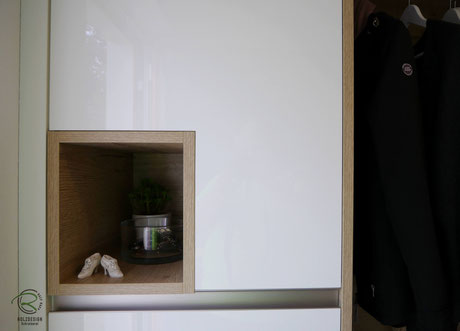 offene Schlüsselnische in Holzdekor Stauruam für Geldbeutel, Schlüssel & Co.,Flurmöbel in weiß Hochglanz & offene Eiche-Dekor Garderobennische, Garderobenschrank mit Schlüsselnische in weiß Hochglanz & Holzdekor, Dielenmöbel für Garderobe & Schuhschrank