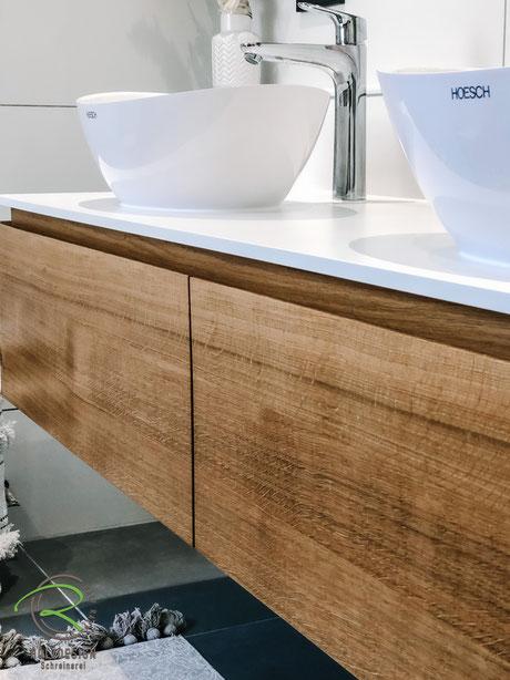 Massivholz Eichen-Front für grifflose Waschtischunterschränke, Waschtischplatte in weiß 13 mm Kompaktplatte, massvier Waschtischunterschrank auf Gehrung gerfertigt, Waschbeckenunterschrank in Eiche massiv, Waschbeckenunterschrank Eiche weiße Aufsatzplatte