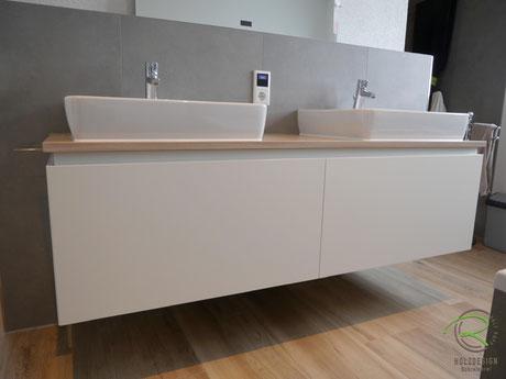 Waschtisch weiß für Aufsatzbecken, Waschbeckenunterschrank in weiß & gebeizte Waschtischplatte in Eiche, wandhängender Waschtischunterschrank für Aufsatzbecken in weiß lackiert mit Schubladen, griffloser Waschtisch auf Gehrung mit integrierter Griffleiste