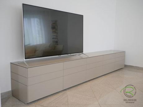 Lowboard-TV in greige matt lackiert mit umlaufender Linienführung, Sideboard-TV mit Schubladen u. Klappe für Stereoanlage, TV-Board nach Maß von Schreinerei Holzdesign Ralf Rapp