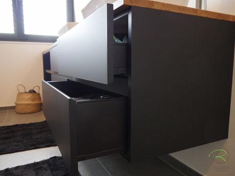 Waschtischbeckenunterschrank matt schwarz u. Antifingerprint Beschichtung u. einer Eiche-Massivholz-Aufsatzplatte für Aufsatzbecken matt schwarz u. Antifingerprint Beschichtung u. einer Eiche-Massivholz-Aufsatzplatte für Aufsatzbecken mit offenem Regal