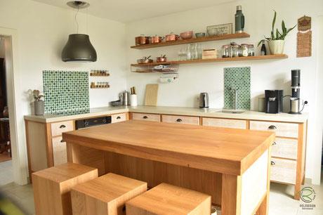 Nostalgischer Charme für Vintage-Küche in Eiche massiv mit Keramik- und Massivholz Arbeitsplatte, Vintage Küche mit Kücheninsel in Eiche massiv mit gekalkten Eichenfronten, Neolith Keramik Arbeitsplatte, Küchenfronten in Massivholz Eiche mit Griffmuscheln