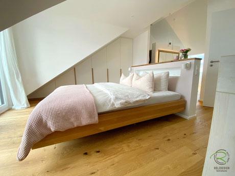 schwebendes Bett Eiche Massivholz, Massivholzbett mit schwebendem Bettrahmen aus Eiche, Bett mit Schweberahmen auf Gehrung gefertigt im Dachgeschoss mit Vormauerung, Schwebebett ohne Kopfteil mit Vormauerung als Raumteiler