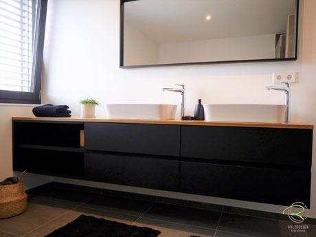 Waschtischbeckenunterschrank matt schwarz u. Antifingerprint Beschichtung u. einer Eiche-Massivholz-Aufsatzplatte für Aufsatzbecken mit offenem Regal u. integrierter Griffleiste