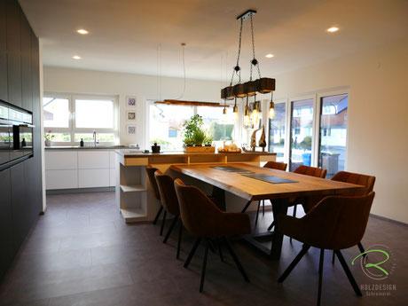 Kücheninsel mit angrenzendem Eiche-Massivholztisch von Schreinerei Holzdesign Rapp Geisingen, Esstisch mit Stahlgestell, Wohnküche in schwarz & weiß, Designküche in schwarz supermatt mit Antifingerprint Beschichtung, Schreinerküche in schwarz matt
