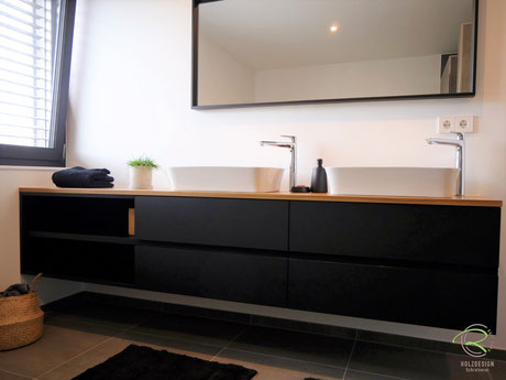 Waschtischbeckenunterschrank matt schwarz u. Antifingerprint Beschichtung u. einer Eiche-Massivholz-Aufsatzplatte für Aufsatzbecken mit offenem Regal
