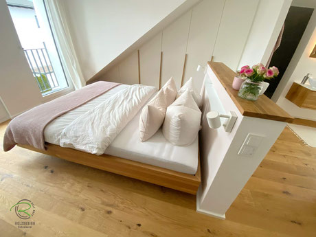 auf Gehrung gefertischwebendes Bett Eiche Massivholz, Massivholzbett mit schwebendem Bettrahmen aus Eiche, Bett mit Schweberahmen auf Gehrung gefertigt im Dachgeschoss mit Vormauerung, Schwebebett, Bettrahmen für Schwebebett in Eicher massiv,