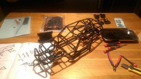 Als erstes baute ich das Chassis zusammen damit ich schon Maße für die Karosserie nehmen konnte.