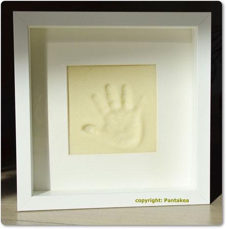 Hand& Fußabdrücke von Euren Kindern. Zum Weiterverschenken. Könnt Ihr im Pantakea mit unserer Hilfe selber machen.