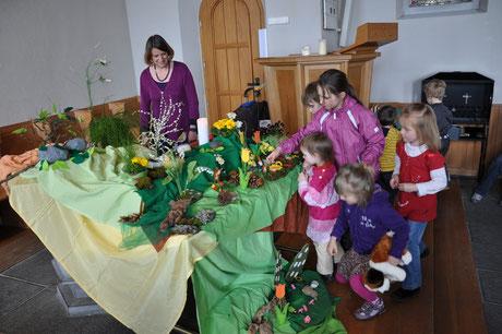 Kinder gestalten den Ostergarten