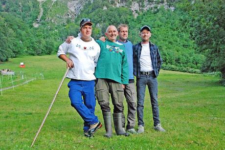 Kurt Zwicky freut sich mit Robin Angel, links, und seinen Söhnen Kurt jun. und Fabian auf die Alpfahrt