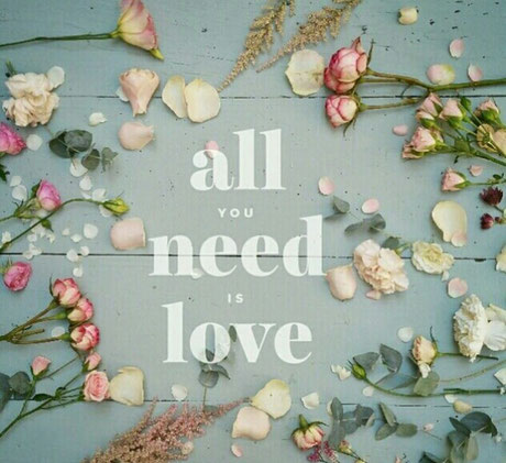 Cartel con flores, todo lo que necesitas es amor