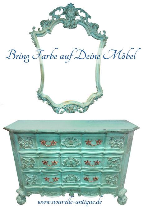 Das Bild zeigt eine antike Kommode mit passendem Spiegel von Nouvelle-Antique. Beide Möbelstücke wurden mit Annie Sloan Chalk Paint Provence gestrichen.