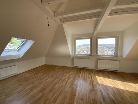 Nachher großzügiger moderner Wohnbereich mit großen Fenstern