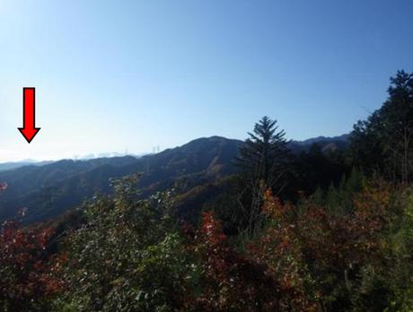 梅野木峠付近の眺望(矢印は丹沢・相模大山)